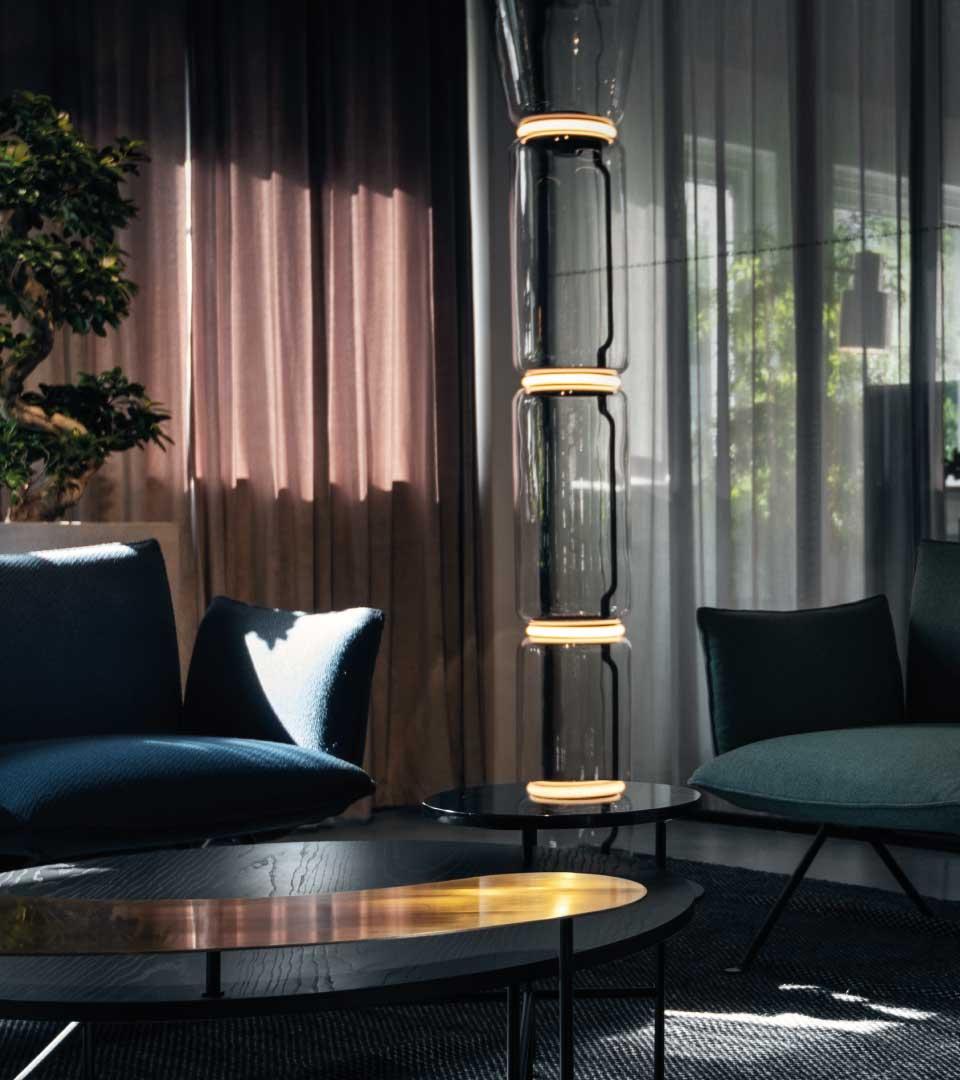 Mysig lounge med stoppade soffor på Heima kontorshotell