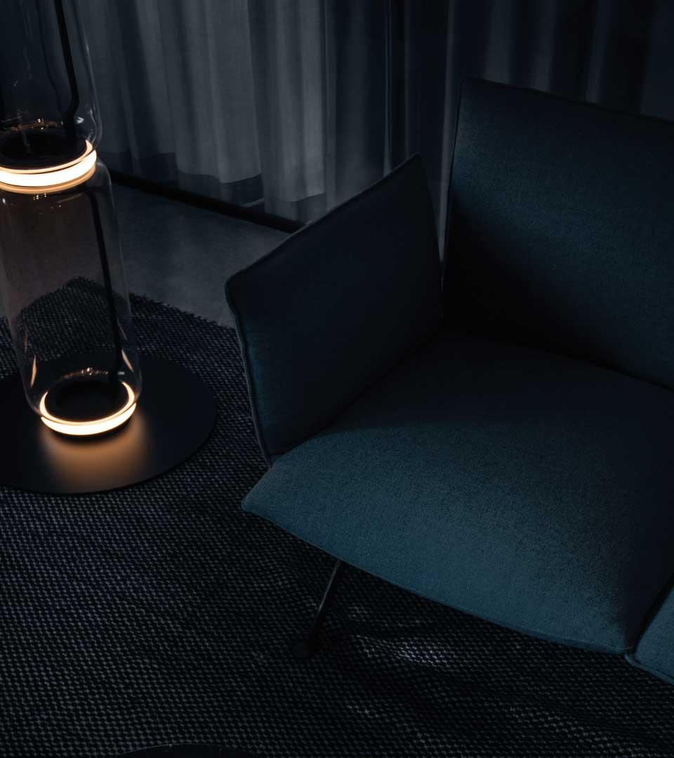 Sittmöbler med futuristisk lampa på Heima kontorshotell