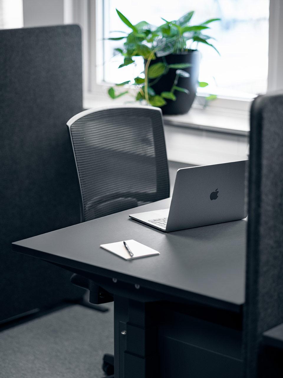 Arbetsplats stol och bord svart Heima kontorshotell